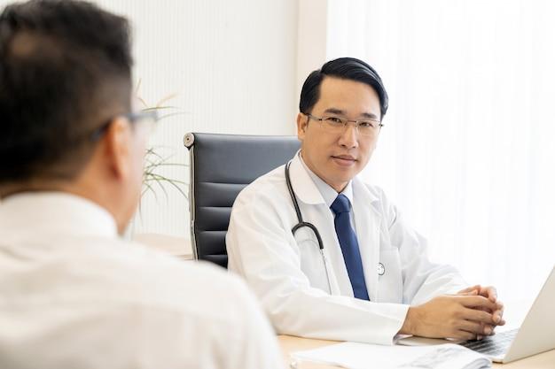 Ritratto di medico in studio medico