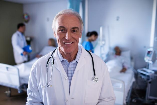 Ritratto di medico maschio che sorride nel reparto