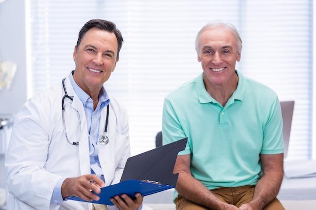 Ritratto di medico sorridente e paziente anziano