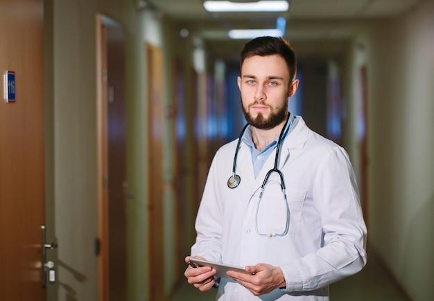Ritratto di medico uomo con tavoletta.