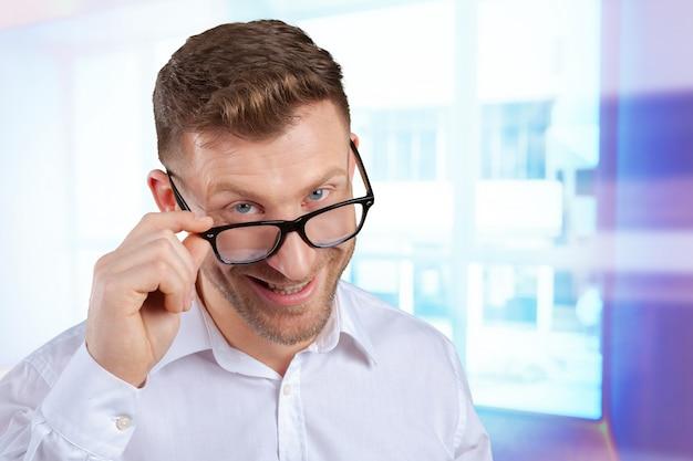 Ritratto di metà uomo adulto con gli occhiali