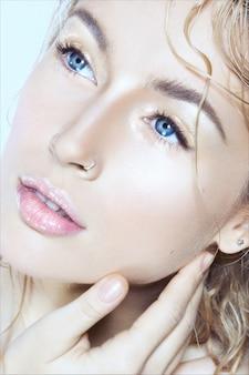 Ritratto di moda bellezza primo piano di una giovane donna bellissima dopo una doccia con i capelli bagnati
