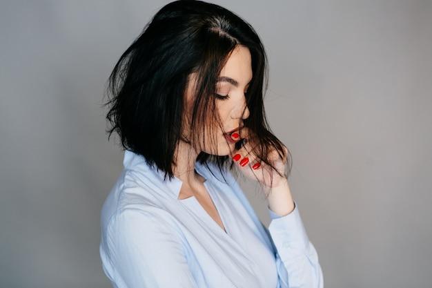 Ritratto di moda di bella giovane donna
