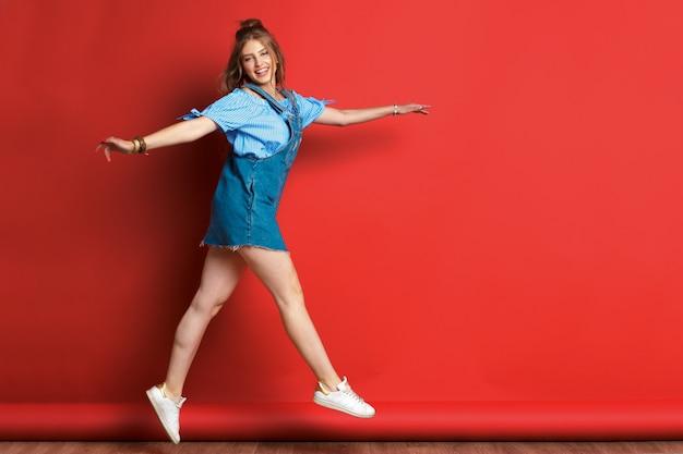 Ritratto di moda di bella sorridente e saltando donna