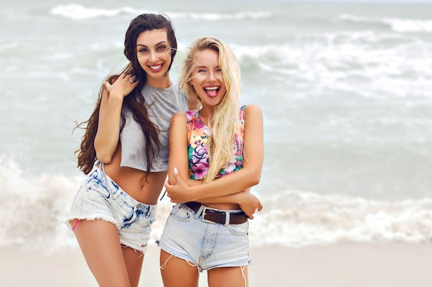 Ritratto di moda estiva all'aperto di due ragazze piuttosto migliori demoni.