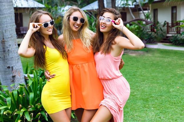 Ritratto di moda stile di vita all'aperto degli amici di belle ragazze divertendosi in vacanza