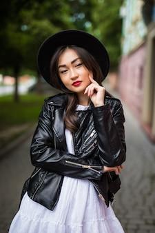 Ritratto di moda stile di vita soleggiato estate di giovane donna asiatica che cammina per strada, indossando un vestito alla moda carino