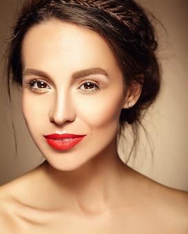 Ritratto di modello di bella donna con trucco quotidiano fresco e labbra rosse