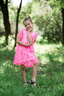 Ritratto di modo della ragazza alla moda che sorride e che posa