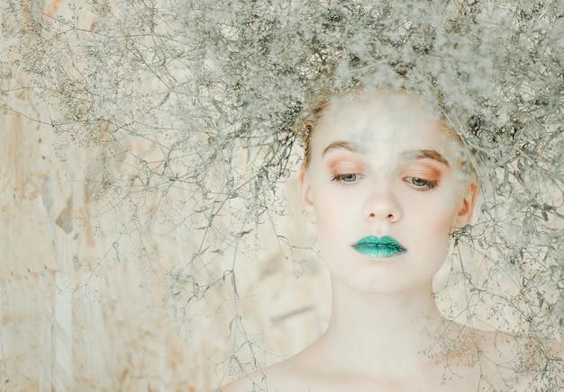 Ritratto di modo di giovane donna bionda bella ragazza con le labbra verdi. concetto madre natura