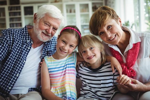 Ritratto di nonni seduti con i nipoti