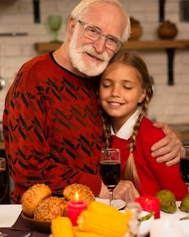 Ritratto di nonno e nipote che abbraccia