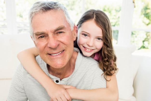 Ritratto di nonno e nipote sul divano