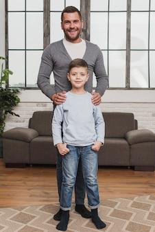 Ritratto di orgoglioso padre con figlio