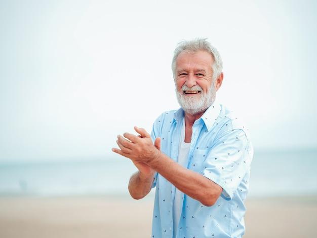 Ritratto di pensione senior uomo sulla spiaggia