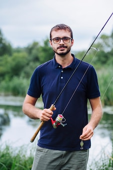 Ritratto di pesca uomo sorridente