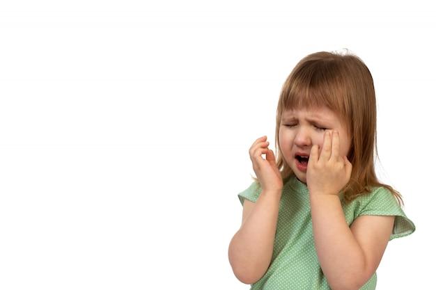 Ritratto di piangere bambina su bianco