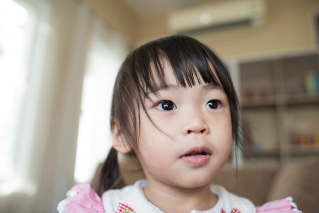 Ritratto di piccola ragazza asiatica che gioca nella sua casa