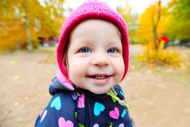 Ritratto di piccolo bambino sorridente all'aperto