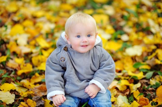Ritratto di piccolo neonato nel parco di autunno