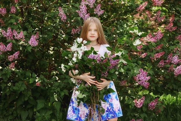 Ritratto di primavera di un bambino nel parco. divertente