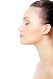 Ritratto di profilo del volto femminile con la pelle pulita