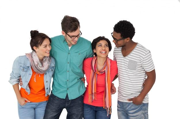 Ritratto di quattro giovani amici felici