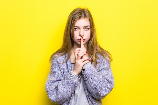 Ritratto di ragazza adolescente con segno di silenzio