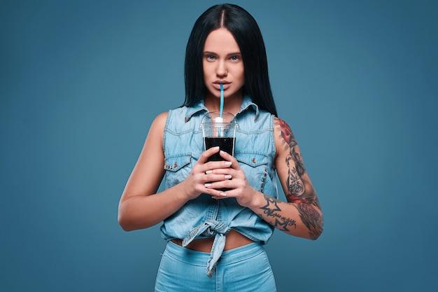 Ritratto di ragazza affascinante bella tatuaggio con soda