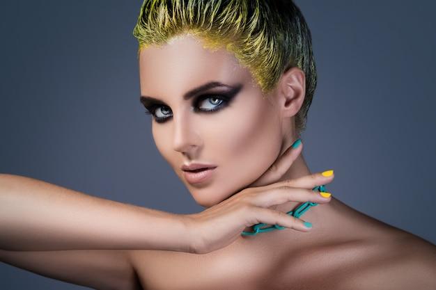 Ritratto di ragazza alla moda con i capelli gialli