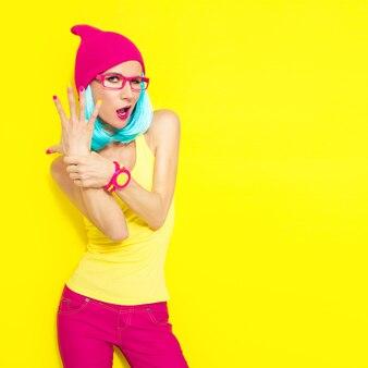 Ritratto di ragazza alla moda divertente