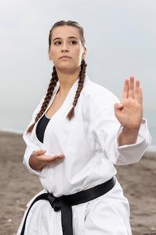 Ritratto di ragazza allenamento in costume di karate