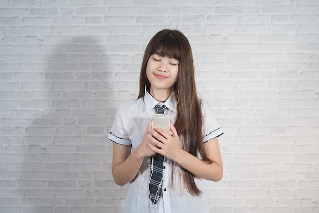 Ritratto di ragazza asia con uniforme