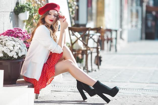 Ritratto di ragazza attraente all'aperto. bella signora urbana. femmina con labbra rosse.