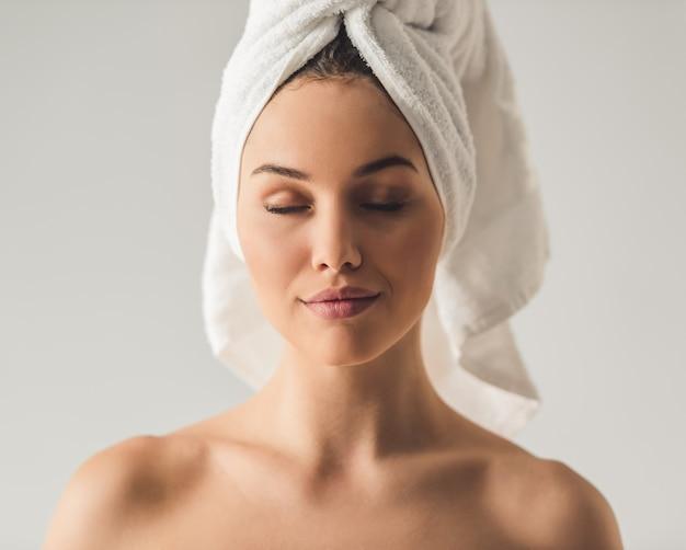Ritratto di ragazza attraente con un asciugamano da bagno.