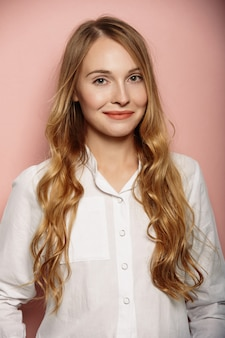 Ritratto di ragazza attraente in una camicia bianca