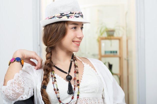 Ritratto di ragazza bella hippie con cappello estivo