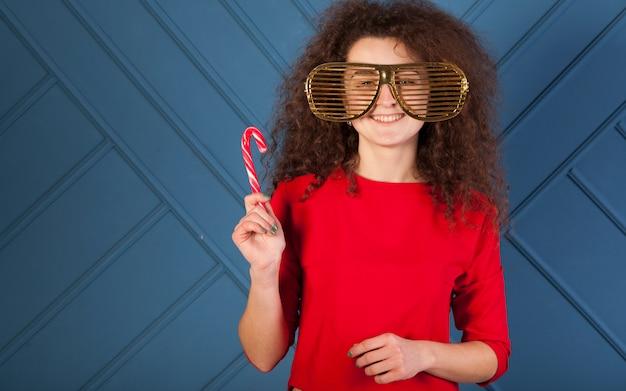 Ritratto di ragazza bruna divertente su sfondo blu