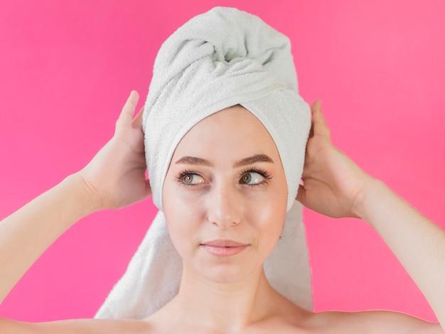 Ritratto di ragazza che indossa un asciugamano
