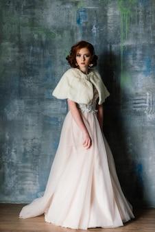 Ritratto di ragazza dai capelli rossi che indossa un abito da sposa