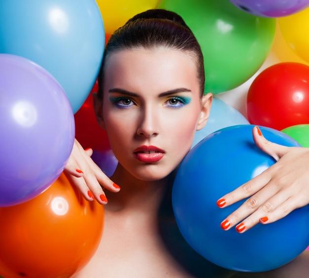 Ritratto di ragazza di bellezza con il trucco colorato