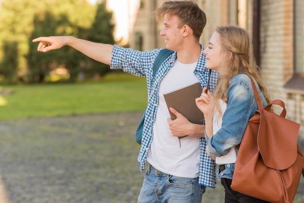 Ritratto di ragazza e ragazzo di fronte a scuola