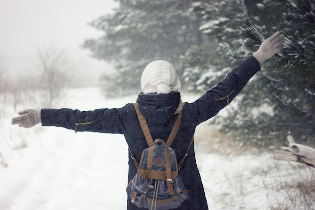 Ritratto di ragazza in forti nevicate, bellezza bambina in maglione e cappello