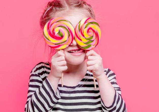 Ritratto di ragazza litlle con lecca-lecca