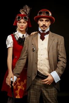 Ritratto di ragazza steampunk e uomo in bicchieri e canna