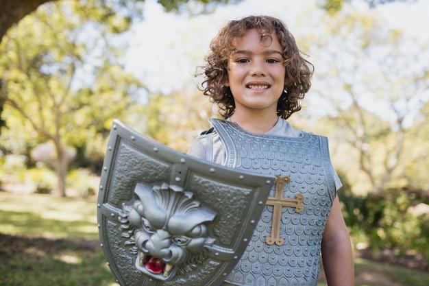 Ritratto di ragazzo carino che finge di essere un cavaliere