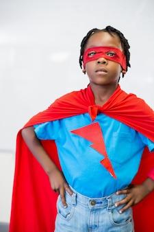 Ritratto di ragazzo che finge di essere un supereroe