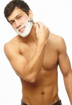 Ritratto di rasatura di successo uomo bello sorridente