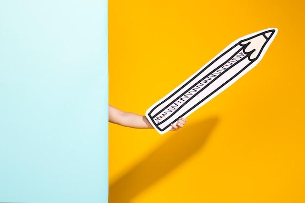 Ritratto di scolara con grande matita
