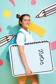 Ritratto di scolara con grande modello di blocco note